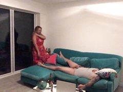 Перед домашней скрытой камерой зрелая дамочка изменила супругу