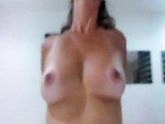 Зрелая и одинокая дама с большими сисями пытается поймать оргазм, прыгая на секс машине