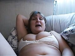 Пожилая толстуха жадно сосёт молодой член и возбудившись мастурбирует зрелую вагину, желая непременно кончить