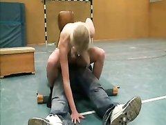 Немецкая блондинка в спортзале в голом виде соблазнила чувака и сделав минет бесплатно оседлала пенис