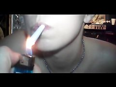 Студентка дымит сигаретой и сосёт член, вот так оральный секс может совмещаться с курением, а в конце сперма на её руках