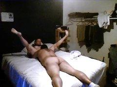 Домашнее видео с куни, толстый муж нежно лижет киску жене, лежащей на спине, она просит его быстрее работать язычком