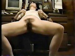 Зрелая домохозяйка после порно возбудилась и начала мастурбировать заросшую киску, поднимая от возбуждения ногу