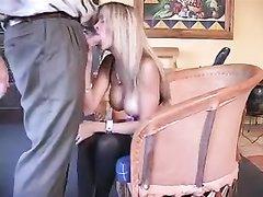 Секс интеллигента с развратной женушкой и окончание на её смазливое лицо
