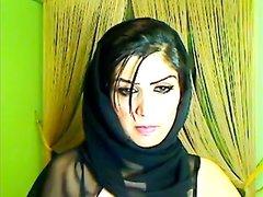 Молодой арабке с маленькими сиськами нравится онлайн мастурбировать киску на вебкамеру