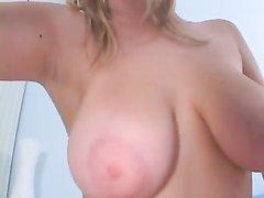 Фигуристая англичанка с большими сиськами снялась в любительском порно