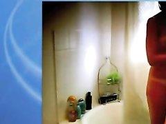 Скрытая камера в ванной в онлайн режиме показывает милую красотку в очках, она голая и очень симпатичная
