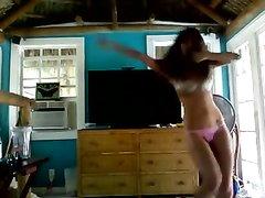 Резвая леди в нижнем белье шикарно танцует и это онлайн транслируется по вебкамере для многих тысяч поклонников