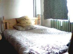 Болгарская жена не знала о скрытой камере, поэтому привела заезжего туриста для домашнего секса в свою спальню