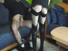Для любительского немецкого порно красотка нацепила сапоги и чулки, она была покорна и нежна с партнёром