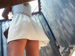 В пляжной кабинке для переодевания скрытая камера снимает переодевающейся очередную красотку с упругой фигурой