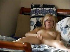 Зрелой немецкой блондинке было приятно дрочить клитор для домашнего видео, она старалась и смогла кончить