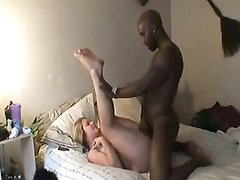 Страстная блондинка жаждет домашнего секса с чёрным членом, поэтому пригласила в постель негра соседа
