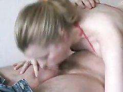 Любительское порно с приятной дамочкой, она взобралась наверх для взаимных оральных ласк в 69 позе