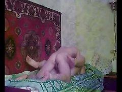 Русской толстухе срочно нужен домашний секс и её выручает молодой сосед с крепким членом