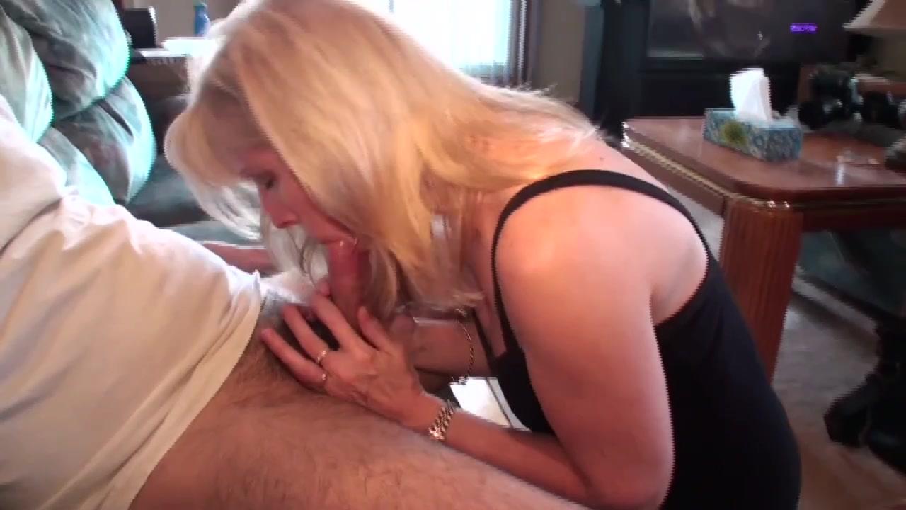 Симпатичная зрелая блондинка через интернет нашла любовника для орального секса и пососала член с окончанием на лицо