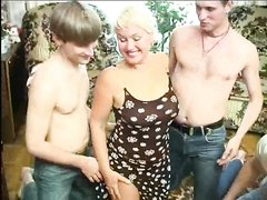 Групповой секс с молодыми поклонниками для зрелой русской нимфоманки реальное удовольствие