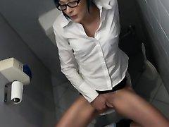 Немка в очках зашла в туалет мастурбировать киску на снимающую видео скрытую камеру