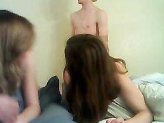 Домашний секс втроём с двумя молодыми подругами на вебкамеру  в прямом эфире