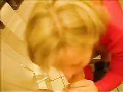 Попка любящей сосать блондинки с нетерпением ожидает домашнего анального секса