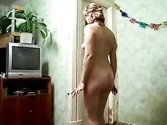 Зрелая домохозяйка в домашнем видео разделась, сверкнув маленькими сиськами и киской