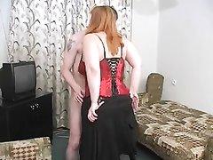 Русская зрелая пышка надела чулки для любительского секса с молодым соседом, сделавшим куни