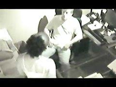Скрытая камера сняла горячее видео с интимом офисных работников после окончания смены