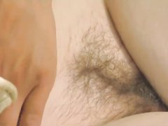 Бледная британка с волосатой киской и маленькими сиськами в видео выступила в соло сцене