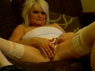 Домашняя мастурбация зрелой блондинки в белых чулочках попала на видео