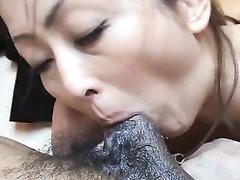 Японка в любительском азиатском порно делает минет с глубокой глоткой
