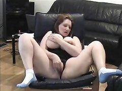 Любительская мастурбация британской толстухи в купальнике снято на видео