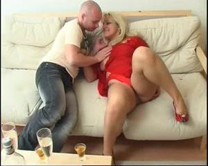 Зрелая и фигуристая блондинка в любительском порно отдыхает с молодым бритоголовым