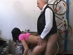 Зрелый академик соблазнил молодую аспирантку в любительском порно и посадил на член