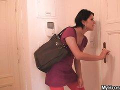 Чешская брюнетка пришла в гости к поклоннику за любительским сексом и не прогадала