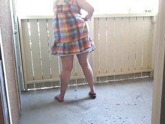 Рыжая толстуха в любительском порно лёжа на коврике дрочит киску синей секс игрушкой