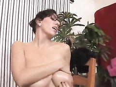 Грудастая бизнес леди в домашнем видео поощрила сотрудника мастурбацией члена