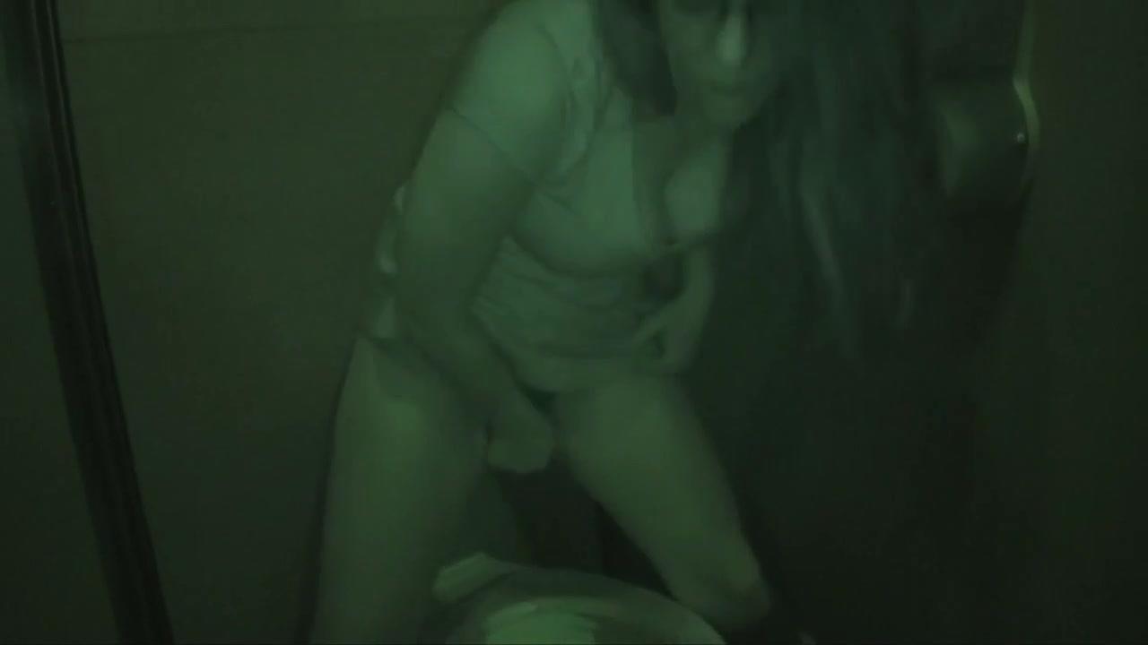 Скрытая камера записала на видео домашнюю мастурбацию очкастой потаскухи