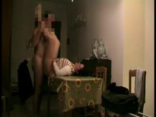 Энергичный парень в домашнем видео с азартом долбит зрелую партнёршу на столе