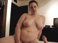 Упитанная немка в домашнем видео трахается в постели с ненасытным поклонником