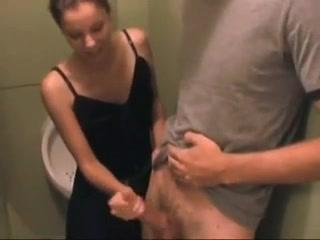 Сотрудница в туалете дрочит член коллеги специально для домашнего видео