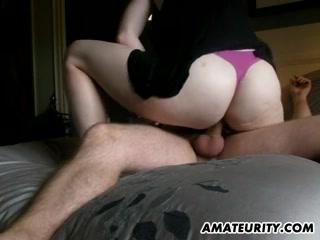 Брюнетка с жирной попой, не снимая трусиков в домашнем порно берёт в рот и резво прыгает на члене