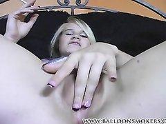 Курящая блондинка крупным планом дрочит мокрую киску в интимном видео