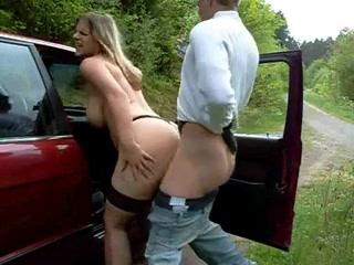 Таксист вывез грудастую проститутку с шикарной фигурой в лес для страстного секса