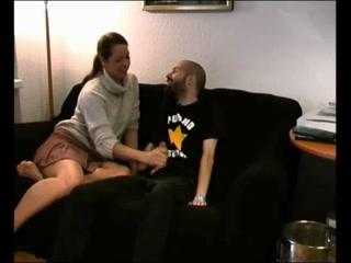 В любительском видео зрелая кокетка сосёт член перед интимной скачкой