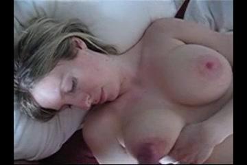 Грудастая шалава в домашнем порно мастурбирует член и получает заряд спермы