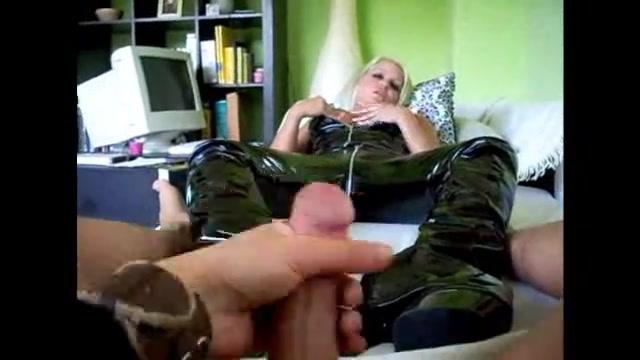 Домашнее порно с блондинкой в кожаном костюме мастурбирующей член ногами в сапогах