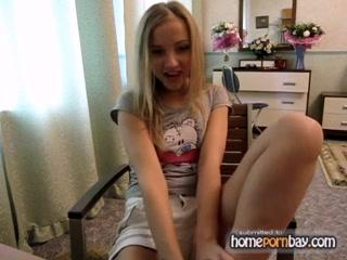 В любительском порно сверкает прелестями фигуристая блондинка с шикарной попой