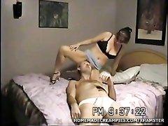 Женское доминирование в любительском порно со зрелой дамой сидящей на лице парня