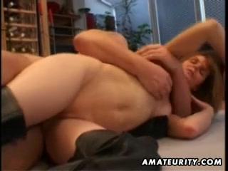 Хахаль предложил зрелой подруге снять собственное домашнее порно для себя