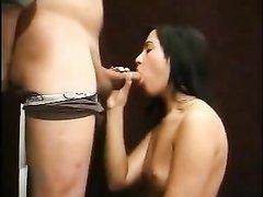 Итальянка с маленькими сиськами в любительском порно сосёт член на коленях